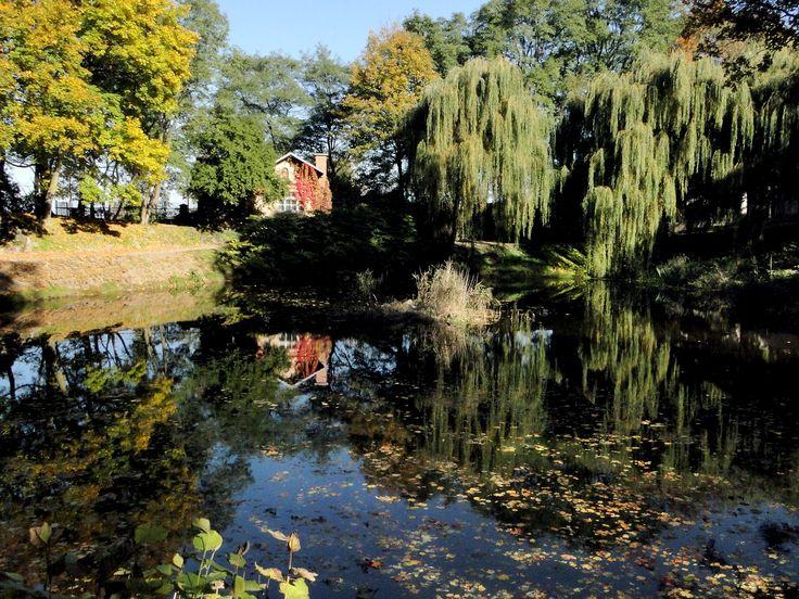 Domek Ogrodnika w Lubostroniu powstał w końcu XIX w.  Od 2004r. w budynku mieści się lokal przeznaczony dla młodzieży.