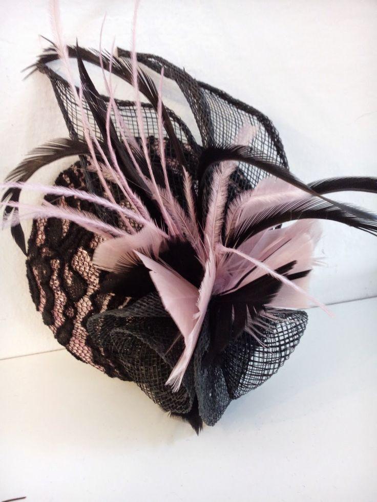 Tocado con base en tono nude rosado forrada en chantitty negro, con detalle de plumas en ambos colore // Headdress based on tone pink nude black chantitty lined with feather detail in both colors