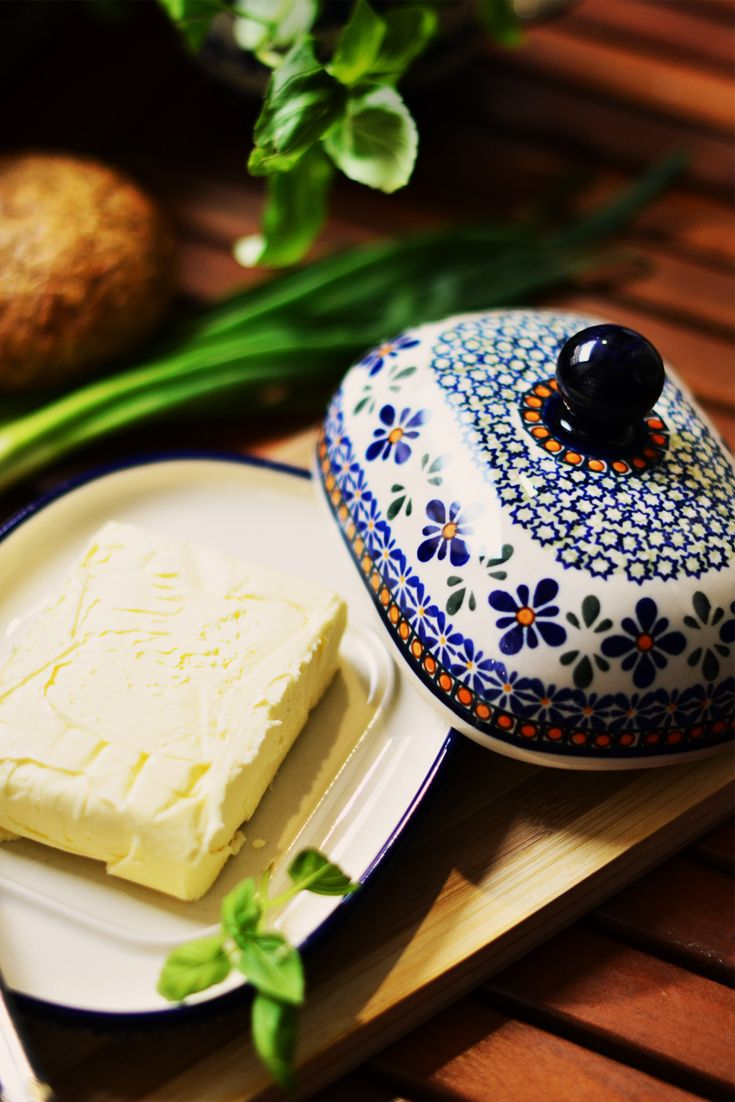 Ceramic butterdish. Can be used to serve butter and others products. Helps to keep food fresh. Made of natural ceramic clays, hand formed and hand decorated by Bolesławiec artist.