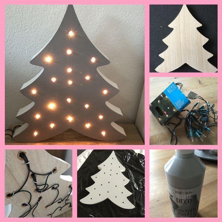 DIY action decoratie! Super makkelijk maken en goedkoop! Alles van de action!  Stap 1. Boor gaatjes in je bord (20) Stap 2. Schuur het bord  Stap 3. Schilder het bord in de door jou gekozen kleur.  Stap 4. Vul de gaatjes aan de achterkant met een snoer kerstverlichting (20 stuks) en zet vast met krammetjes.  Stap 5. Zet aan en geniet van je zelf gemaakte kerstdecoratie oftewel kerstboom! Super leuk!