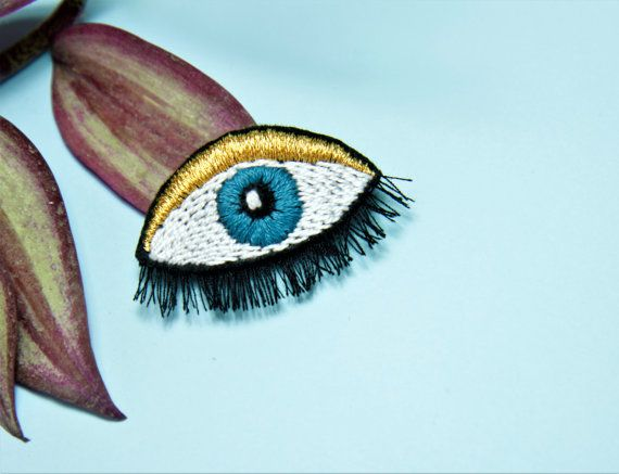 Deze unieke oog broche is allemaal handgemaakt en gemaakte steek door de steek. Gouden Toon draad wordt gebruikt voor de bovenkant van het oog.   ** Alle stukken zijn handgemaakte, unieke en originele Manaraya designs.* *   # D E T A I L S -Dit item is geborduurd op vilt met katoen draden. -Geborduurd item maatregel is ongeveer 6 cm (2,36 inch) lang en 4 cm (1.57 inch) breed.   # S H I P P I N G EXPRESS VERZENDING WERELDWIJD voor alle bestellingen. Voorspelde aankomsttijden zijn: USA is…