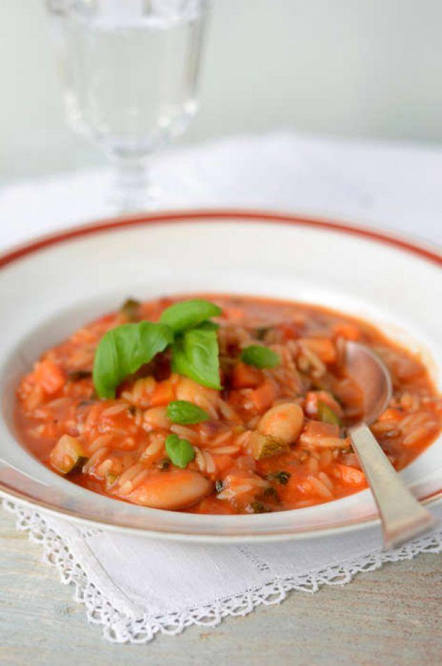 En vegetarisk soppa med bla. zucchini, morot, rödlök och risonipasta. 344 kcal
