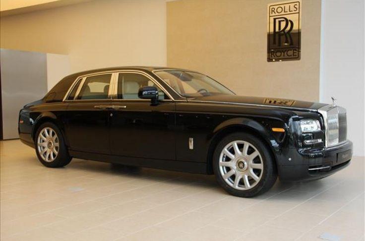 totale lengte:   Met zijn krachtige postuur, iconische proporties en geavanceeerde technologie is de laatste uitvoering van de Phantom een tijdloze interpretatie van de moderne luxe automobiel.  De grille en Spirit of Ecstasy zorgen voor directe herkenning van de Phantom,    die een zeldzaam gevoel van schaal en gelegenheid biedt dat hem tot een moderne interpretatie van een Rolls-Royce maakt. Het is niet alleen de Rolls-Royce signatuur, het is ook de diepste essentie van het merk.