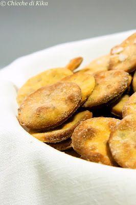 Mini crackers alla farina di ceci. Sono alla continua ricerca di ricette con la farina di ceci che adoro per non ripiegare sempre sulla solita torta di ceci. Questa è un'idea ottima ;-)