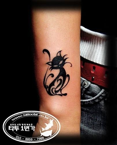 25 best ideas about black cat tattoos on pinterest black cat silhouette cat tat and cat. Black Bedroom Furniture Sets. Home Design Ideas