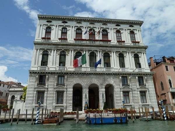 Палаццо Корнер делла Ка'Гранде (Palazzo Corner della Ca'Grande) / Ведь и правду говорят, что не важен объем или размер, а наиболее ценится содержание. Так можно сказать о людях, о домашних животных, а также и о неодушевленном предмете. Например, о[...]
