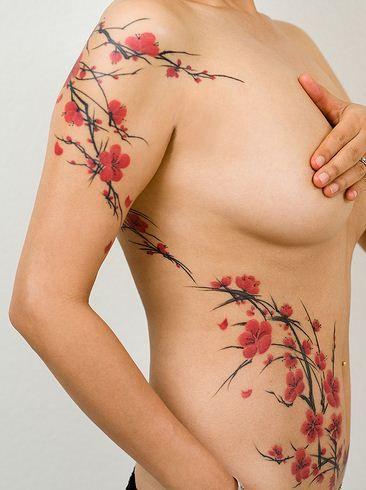 Foto tatuaggio sul fianco fiori di ciliegio