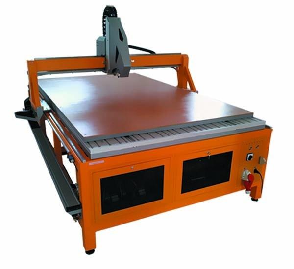 Obrabiarki DUELMACH powstały w odpowiedzi na potrzeby rynku jako połączenie obrabiarki wielkogabarytowej z wycinarką oscylacyjną. To rozwiązanie zoptymalizowało koszty związane z zakupem dwóch osobnych maszyn. Obrabiarka zachowała możliwości frezowania, i zyskała zdolności cięcia.  Przewidziana jest dla branż zajmujących się uszczelnieniami technicznymi oraz frezowaniem CNC. Jest rozbudowanym kombajnem o wielkich możliwościach - szeregu czujników jak i głowic: tłocząca, laserowa, obrotowa.