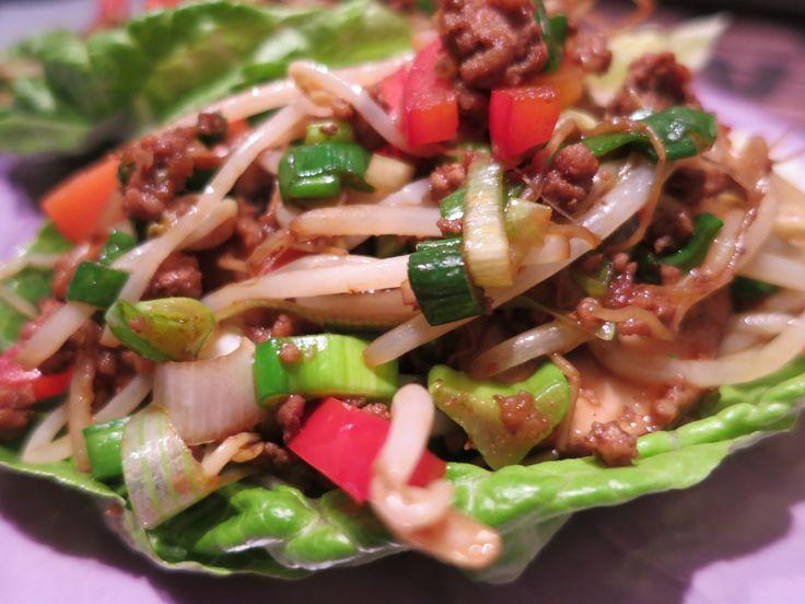 Besser und schneller als jedes China-Taxi und ganz einfach aus der Hand zu essen... 2 Portionen 2 längliche mittelgroße Romana-Salate in einzelne Blätter z