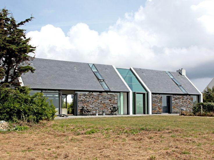 A Belle-Ile-en-Mer, cette longère bretonne affiche une singulière modernité, avec ses larges baies vitrées offrant une vue imprenable sur le littoral de la côte sauvage. Allez, partons humer l'air marin !