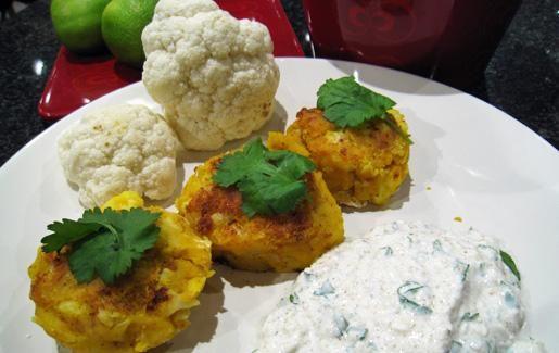 Kasvispihvit kukkakaalista ja perunasta. Kermaviilikastikkeessa maistuu kookos, korianteri ja juustokumina.