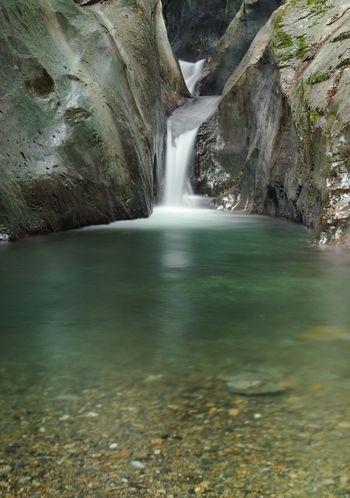 独特な景観でインパクトのある聖滝。 奇特な岩が面白いですね! 周囲が石灰岩のためか、滝前に立つと、別空間に来たように感じるとか。 太陽の光加減により表情を変える滝です。