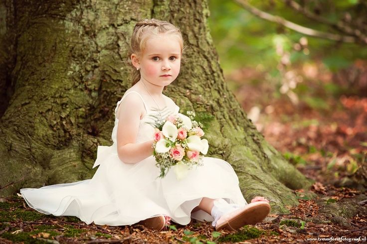 Bruidsmeisje onder een boom