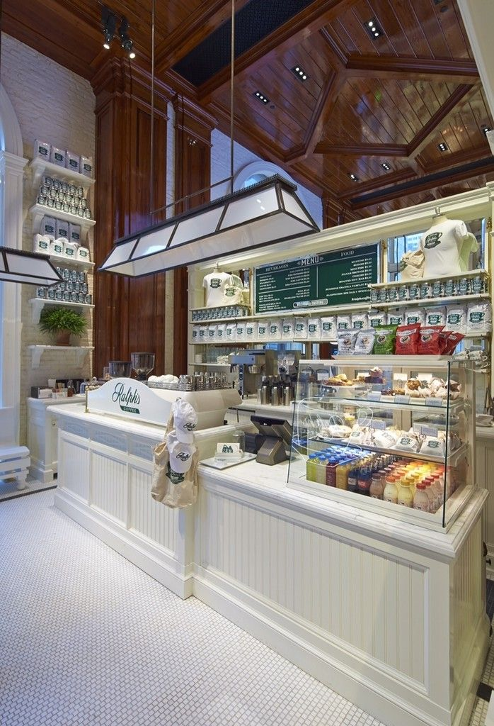 La vitrina de vidrio, el estante atras, Ralph Lauren's New NYC Coffee Shop