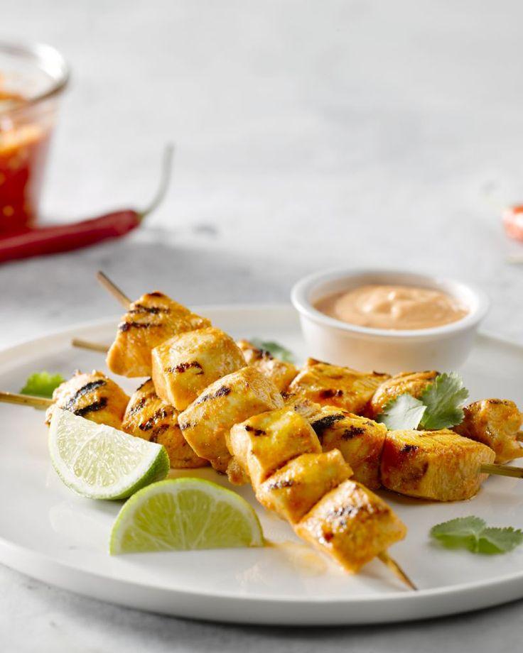 Deze kipspiesjes zijn een zalige combinatie van fris en pikant. De sriracha is lekker spicy maar wordt geblust door limoen. Perfect als hapje of voorgerecht.