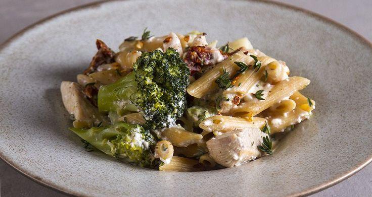 Μακαρονάδα light με κοτόπουλο και μπρόκολο από τον Άκη Πετρετζίκη. Μία υγιεινή, γρήγορη και θρεπτική συνταγή πένες με κοτόπουλο και μπρόκολο για ένα light γεύμα