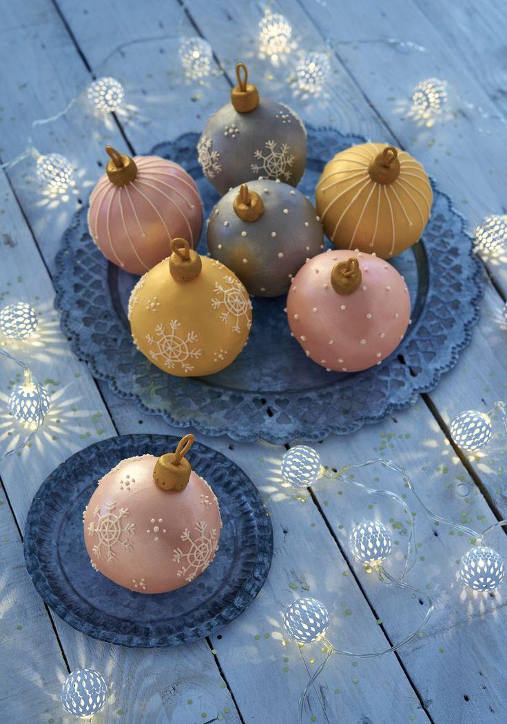 Les gâteaux boules de Noël, les plus jolis des gâteaux de Noël... Ces demi-sphères recouvertes de pâte à sucre vont détrôner la bûche direct!