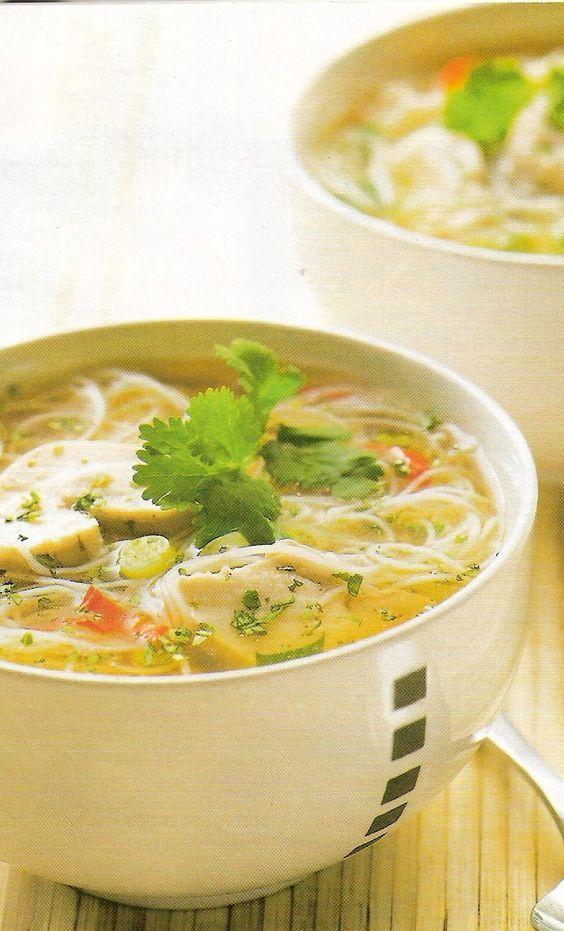 Chinese kippensoep is een lekker recept en bevat de volgende ingrediënten: - 2 kipfilets, in plakjes, - 100g Chinese vermicelli (engelenhaar), - 1 l kippenbouillon, - 2 koffielepels vissaus (nuoc mam), - 1 koffielepel zonnebloemolie, - 1 rood pepertje, in ringetjes, - 2 teentjes knoflook, gepeld en geplet, - 1 stengel citroengras, gesnipperd, - 2 koffielepels verse geraspte gemberwortel, - 2 eetlepels gehakte verse munt, - 4 plukjes verse koriander, - Peper en zout