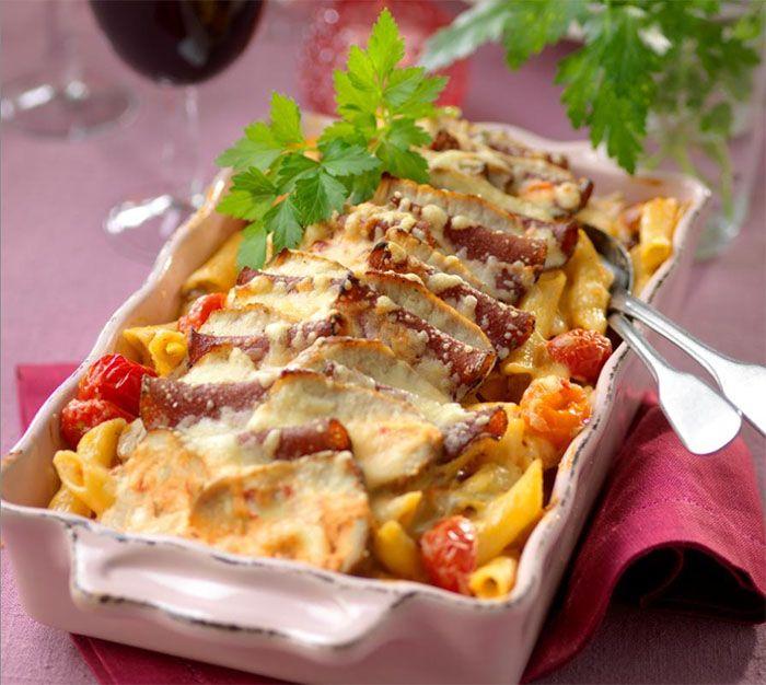 Idag bjuder vi på en krämig gratäng fylld med pasta, salami och fläskytterfilé.