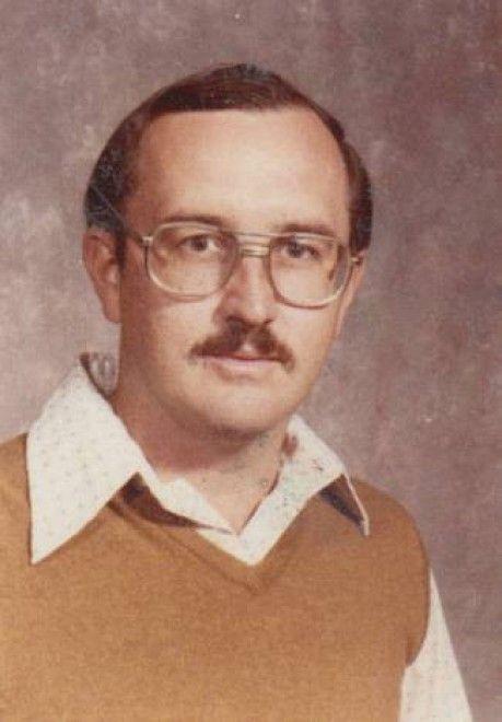Il tempo avanza ma lo stile non cambia e resta quello degli anni Settanta, quando Dale Irby, insegnante di ginnastica, ha posato per la prima foto destinata all'annuario della sua scuola, a Dallas. Il professor Irby, nei suoi 40 anni di carriera, non ha mai rinunciato al gilet di lana con collo a V