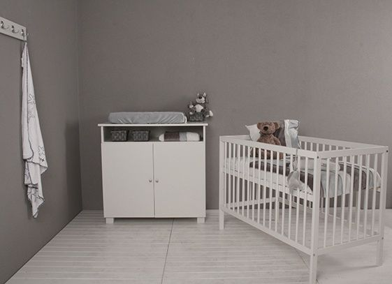 Happy Baby babykamer Happy. Een eenvoudige babykamer bestaande uit ledikant en commode. Een nieuwe kamer voor €359,00