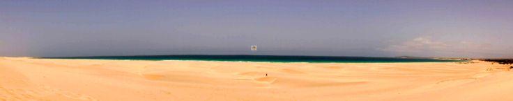 Heute ein Bild vom Ende der Welt...Chavesbucht und danach die lange Wüste zur Praia do Curralinho gefolgt von Praia Varandinha, am Strand kommt man per Fuß nicht vorbei, es stören einige Felsvorsprünge, aber man kann etwas zu Fuß die Dünen hoch und das reicht dann eigentlich auch schon um einen Überblick über die Weite zu bekommen und klein wie eine Ameise, für die eigene Familie kaum noch zu erkennen zu sein. Wer es ausprobieren möchte der wandere los vorbei am Riu Karamboa, Royal Decameron…