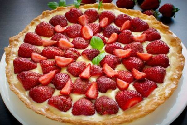 Cake with strawberries and custard