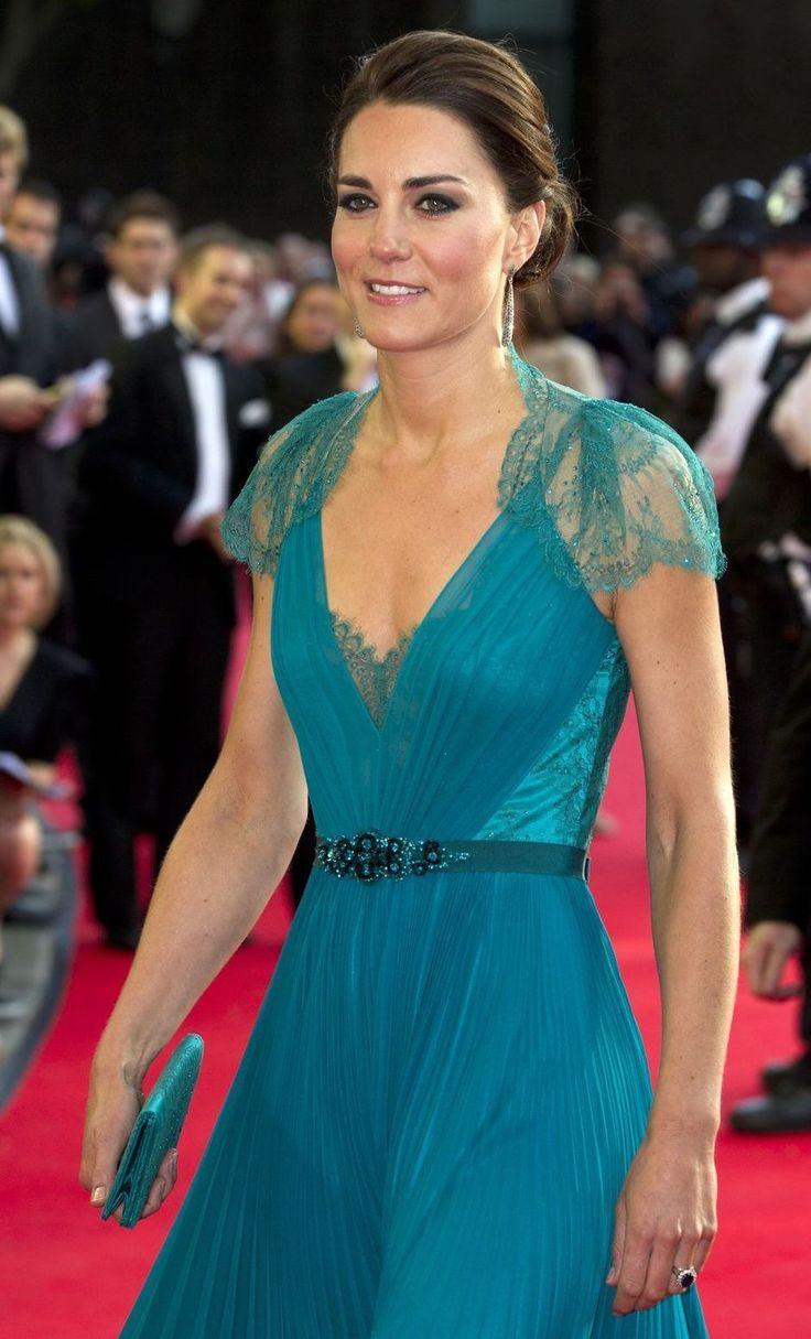 Wat hangt er allemaal in de kleerkast van de Hertogin van Cambridge? Wat zijn haar favoriete kledingstukken én vooral: wie is haar favoriete ontwerper? De Daily Mail onderwierp de garderobe van Kate Middleton aan een grondig analyse.