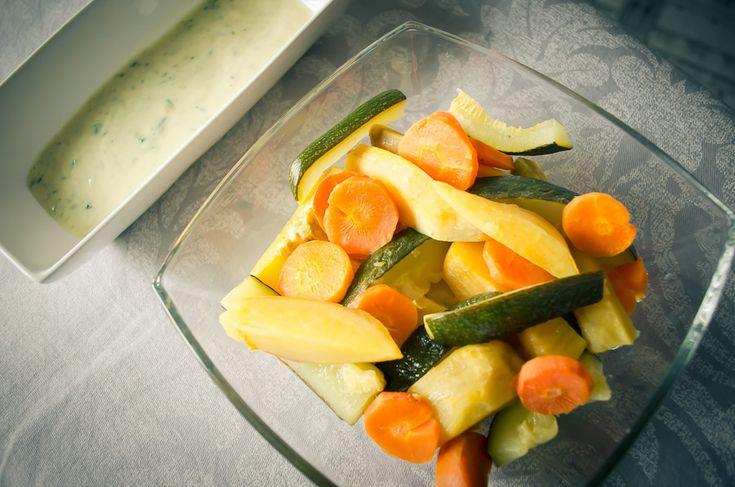 LEGUMES NO FORNO Hoje temos uma nova maneira de apreciar legumes! É uma sugestão fácil e de baixas calorias que pode preparar tanto para o almoçocomopara o jantar. Ingredientes: Cenouras2 Courgette grande1 Bata…