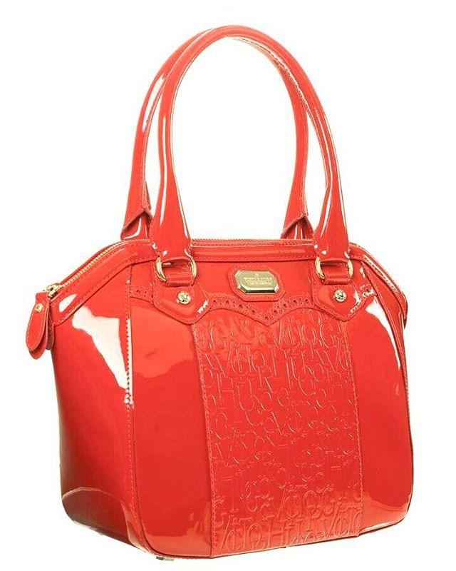 """'""""Não poderia nunca me cansar do vermelho, seria como se cansar da pessoa que ama. Por toda a minha vida 'persegui' o vermelho perfeito"""", já dizia a famosa colunista de moda e editora de duas grandes revistas do ramo (""""Vogue"""" e """"Harper's Baazar"""") Diana Vreeland. #victorhugobarigui #victorhugolovers #capri #amobolsas #couro #trends #fashion #tendencia2017 #outonoinverno2017 #winter #lovebags #loveit #luxury #leather #love #vhlovers #cwb #estilo #work #moda #newcollection #inlove😍 #cute #pkb…"""