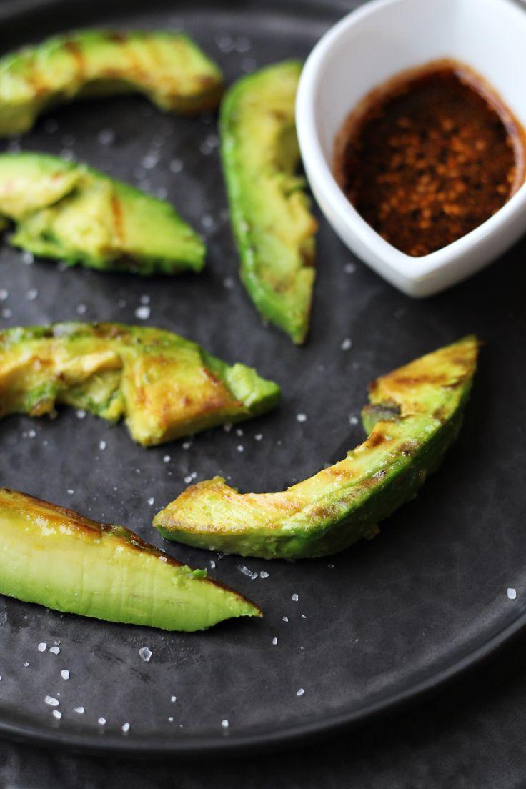 Supergezond én lekker: gegrilde avocado met Japanse saus van Original Spices Shichimi Togarashi. Perfect te combineren als lunch met een salade of in een sandwich.
