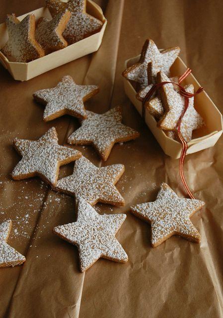 Gingerbread stars / Estrelinhas de gingerbread by Patricia Scarpin, via Flickr Mais