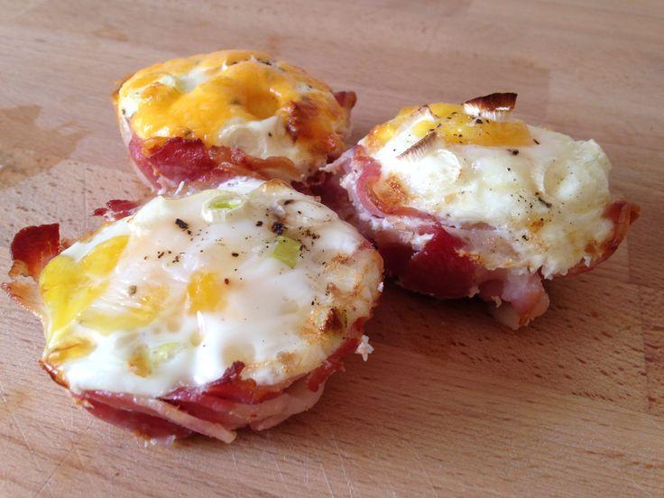 Diese Bacon & Egg Muffins sind ein prima Sonntag Morgen Snack und lassen sich schnell und einfach auch im Backofen zubereiten.