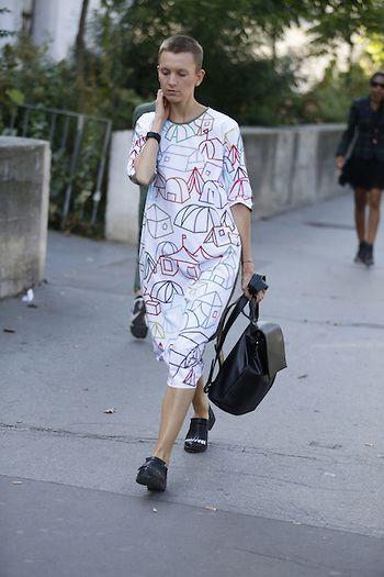 Street Style PFW by LeoFaria @streetstylemood vestido branco estampado, vestido com desenhos, mochila preta, bolsa preta, cabelo raspado, fashion, street style, leofaria, streetstylemood, paris fashion week
