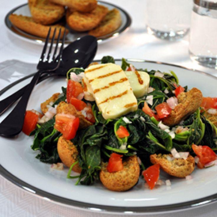 Σαλάτα με χόρτα, ψητό χαλούμι και παξιμαδάκια ολικής αλέσεως - gourmed.gr