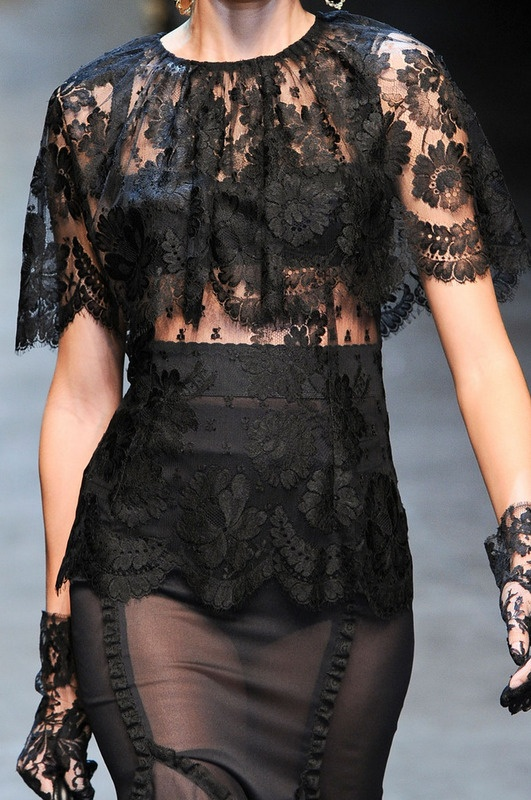 ♕ Dolce & Gabbana ♕  Traje en dos piezas. Cuerpo de encaje con forma de capa y falda en raso con capa de encaje. ♥♥