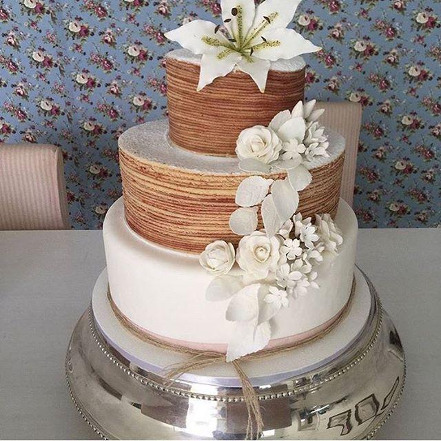 Que encanto esse bolo de rolo da @boloderolosaopaulo!!  #BoloDoDiaNDL #bolo #boloderolo #bolodecasamento #bolocomflores #weddingcake #cake #noivinhasdeluxo