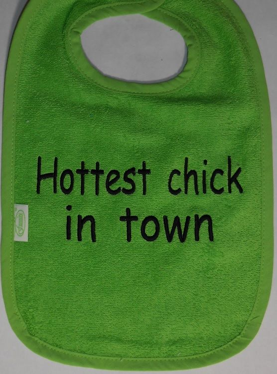 slabber groen Hottest chick in town. http://www.borduurkoning.nl/shop/baby_textiel/slabber