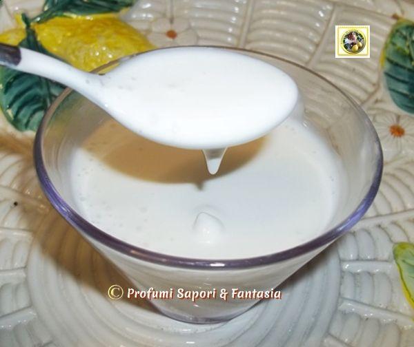 Come fare la panna da cucina in casa *****************100 ml di latte intero freddo di frigo 200 ml di olio di semi di arachidi o di girasoli 1 pizzichino di sale fine Nel bicchiere del minipimer versate il latte, frullate con il robot ad immersione fino a rendere il latte montato, aggiungere a filo l'olio sempre frullando ed il sale (pochissimo) fino ad ottenere la consistenza della panna voluta. Per ottenere la panna da cucina vegetale basta sostituire il latte intero con il latte di soia.