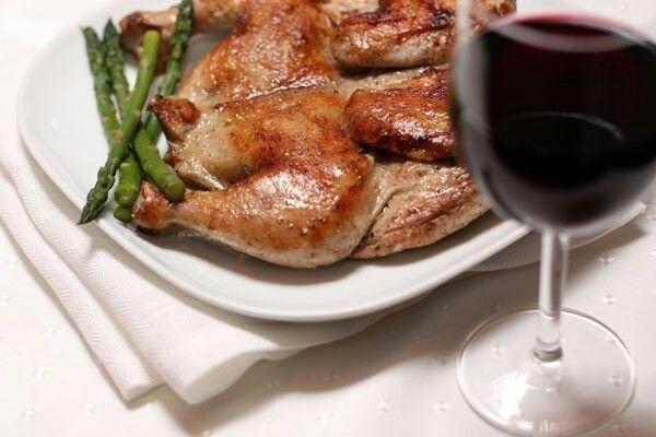 """Цыпленок табака (тапака)  Время приготовления: 2 часа 30 мин  Порций: 4  Калорийность: 682 кКал на порцию  Вам понадобится: Цыплята (600г) 2 шт. Вино красное сухое (столовое) 150 мл Оливковое масло 50 мл Базилик сушеный 1 ч.л. Кориандр сушеный (кинза) 1 ч.л. Перец черный молотый ½ ч.л. Соль морская ¾ ч.л. Чеснок дольки 1 шт. Сметана 100 г  Правильно название этого блюда - цыпленок тапака (от названия сковороды """"тапа"""", в которой его готовят), однако я решила оставить в заголовке более…"""
