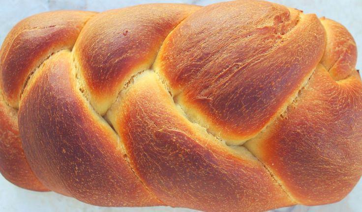 Ricetta della treccia di pan brioches farcita con scamorza e salame. Idea facile da fare a casa, morbidissima e saporita ottima calda e fredda