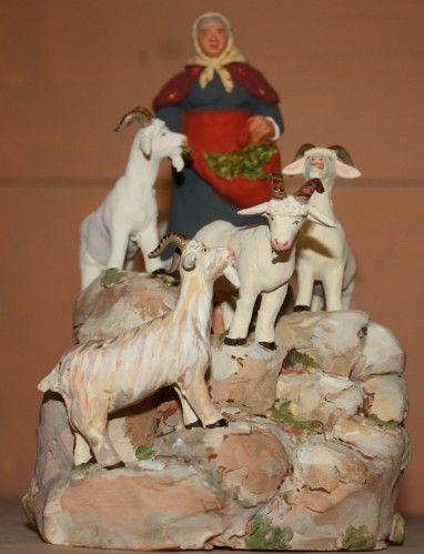 Les santons d'Isoline Fontanille - Cette bergère a conduit ses chèvres brouter sur des rochers.