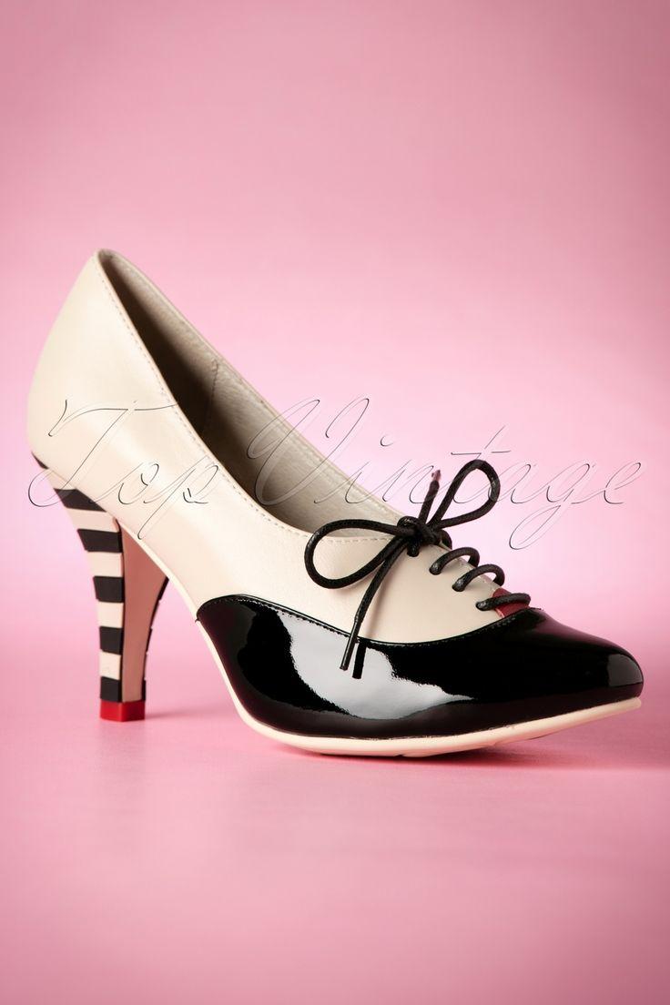"""Deze 50s Lace Up Stiletto Bootieszijn prachtige veter schoentjes in vintage stijl!Op zoek naar een klassiek schoentje met een twist? Dan zijn deze cuties een echte must! Gemaakt van hoogwaardig leer in zwart/crème en zwart lakleder. De gestreepte """"queenie"""" hak en het rode lipje bij de veters maken het totaalplaatje compleet. Zodra je ze aan hebt wil je er de hele dag naar kijken, maar denk eraan... tijdens het lopen altijd voor je blijven kijken! ;-)   Elegante..."""