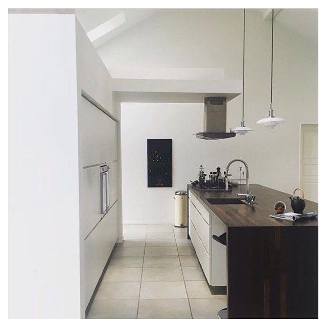 Modern contrast kitchen with white cabinets and dark worktop  Cred: @valdealma #manobykvik #kvikkjøkken #kvikkitchen #kvik #kitchen