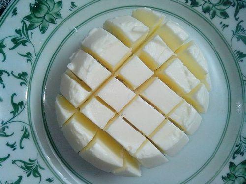 Cách làm sữa chua dẻo ngon ngất ngây, ăn hoài không ngán     Đây là cách làm sữa chua dẻo dễ nhất chưa từng có, mình đã thử và thành công mỹ mãn, ai ăn cũng khen ngon cả.  Nguyên liệu: – 500ml sữa tươi có đường hoặc không đường đều được( tùy theo khẩu vị ăn ngọt của bạn) – 4 muỗng sữa đặc – 15g bột gelatine – 1 hộp sữa chua làm men Cách làm: Bước 1: Hò... http://ki