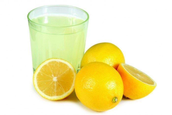 Лимонный сок – прекрасная замена отбеливателю. Добавьте при стирке от 1/4 до 1/2 чашки лимонного сока в воду и вернёте потускневшему белью яркий свежий вид.