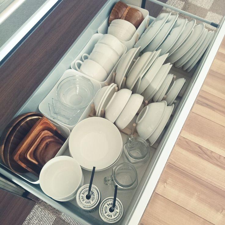 大きくて場所を取りがちな「お皿」の収納アイディア | RoomClip mag ... 引き出しの中にも木製のお皿スタンド