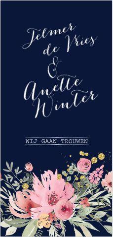 Romantische trouwkaart in het donkerblauw! Met watercolor bloemen in roze en groene tinten en goud look spetters! Geheel zelf aan te passen! Gratis verzending in Nederland en België.