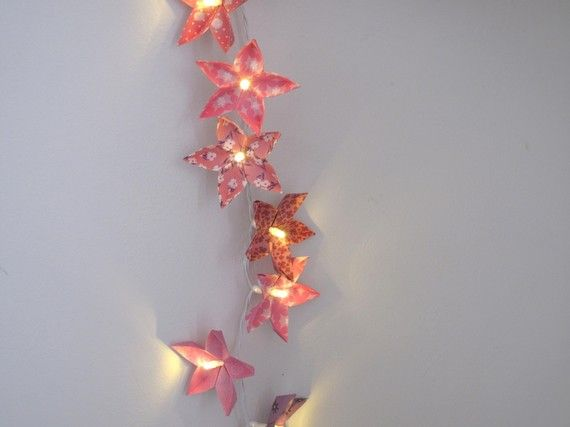 guirlande lumineuse de fleurs en papiers origami assortis