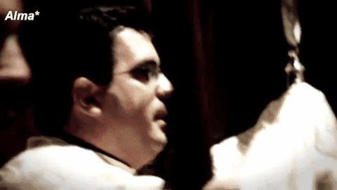 via GIPHYComo el último rezo de un niño que se duerme y,con la voz nublada de sueño y de pureza,se vuelve hacia el silencio, yo quisiera volverme hacia ti, y en tus manos desmayar mi cabeza.Gloria al Padre, y al Hijo, y al Espíritu,por los siglos de los siglos.Amén.